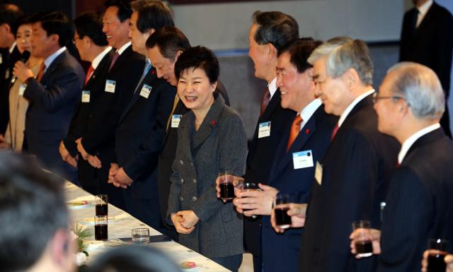 박근혜 대통령이 지난달 6일 서울 강남구 삼성동 코엑스에서 열린 '2016년 경제계 신년인사회'에서 한 참석자의 건배사를 들으며 웃고 있다.  이정용 선임기자 lee312@hani.co.kr