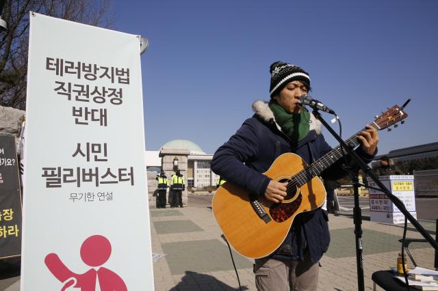 24일 오전 국회 정문 앞에서는 1인조 인디밴드 '하늘소년'이 '시민 필리버스터'에 참여해 테러방지법 직권상정에 반대하는 노래를 부르고 있다. 김봉규 선임기자