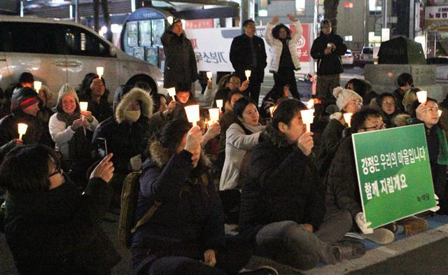 23일 오후 제주시청 앞에서 시민들이 강정 촛불문화제를 열고 있다. 제주의소리 제공