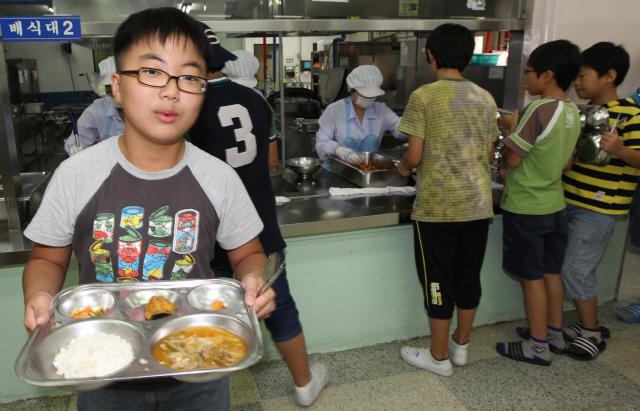 인천시의 한 초등학교에서 학교급식을 통해 점심식사를 하고 있다. 아침밥을 굶으면 간식이나 점심을 먹을 때 폭식하게 돼 핏속 지방질 수치가 높아져 심장질환 등의 발생 위험을 높인다는 연구 결과가 최근 나왔다. '한겨레' 자료사진