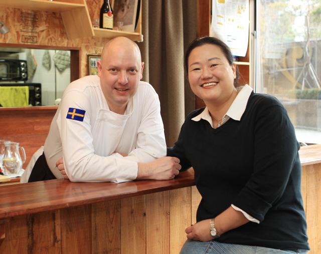 다니엘 윅스트란드(왼쪽)와 아내 오수진씨. 사진 박미향 기자