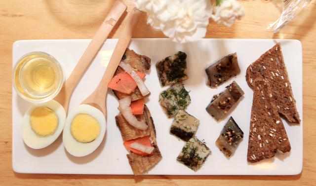 새콤한 청어절임 등이 한 접시에 나오는 요리 실탈리크. 사진 박미향 기자