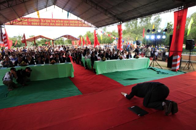 지난달 26일 열린 위령제에서 한국의 노화욱 평화기행단 단장은 50년 전 한국군에 의해 학살당한 1004명의 영령을 추도한 뒤 무대 한가운데로 가 바닥에 엎드려 절했다. 노 단장의 사과에 베트남 청중들은 말없이 박수를 쳤다.  빈딘/조우혜 프리랜서 사진가