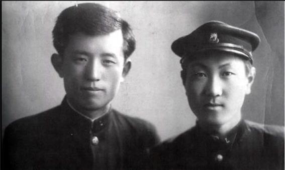 연희전문학교 학생 시절의 윤동주(왼쪽)와 정병욱. 정병욱은 1942년 4월 윤동주가 일본 릿쿄대학에 입학하기 전에 건네받은 자필 시고를 고향의 어머니에게 맡겼다. 이 시집은 1948년 윤동주 사후에 출간된다.
