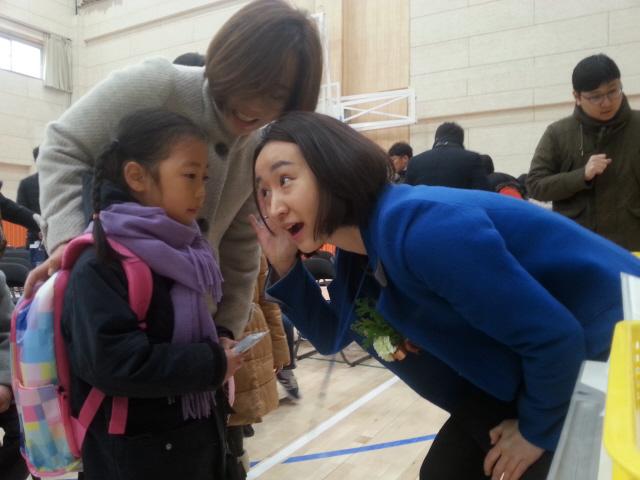 2일 입학식날 눈높이를 맞추며 신입생들을 맞는 이지영 교사. 강재훈 선임기자 khan@hani.co.kr