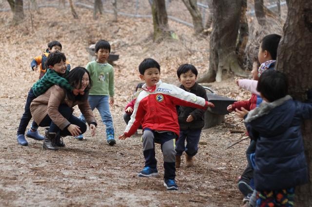 공동육아어린이집 꿈꾸는어린이집 아이들이 7일 오전 북한산 둘레길에서 바깥놀이를 하고 있다.  진영균씨 제공