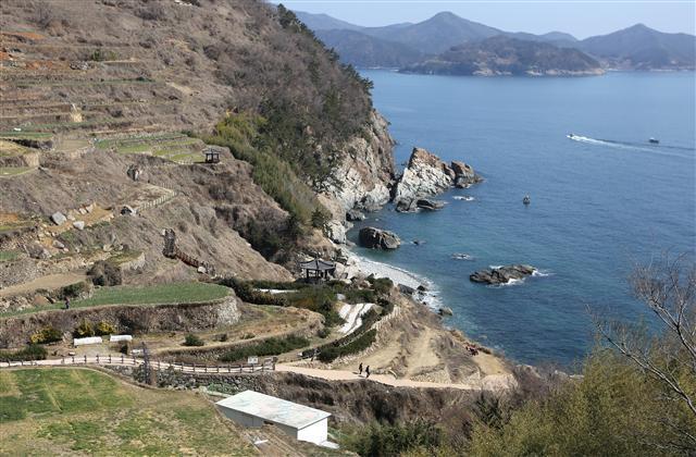 남해도 서남해안 가천리 '다랭이마을' 해안 풍경.  사진 이병학 선임기자