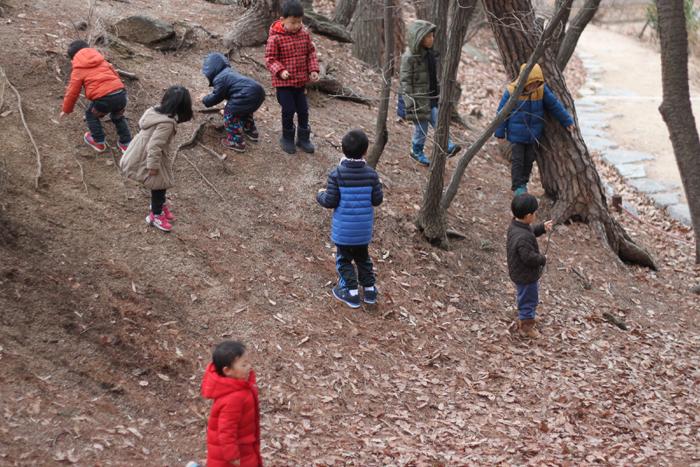 공동육아어린이집 꿈꾸는 어린이집 아이들이 7일 오전 북한산 둘레길에서 바깥 나들이를 하고 있다. 진영균씨 제공.