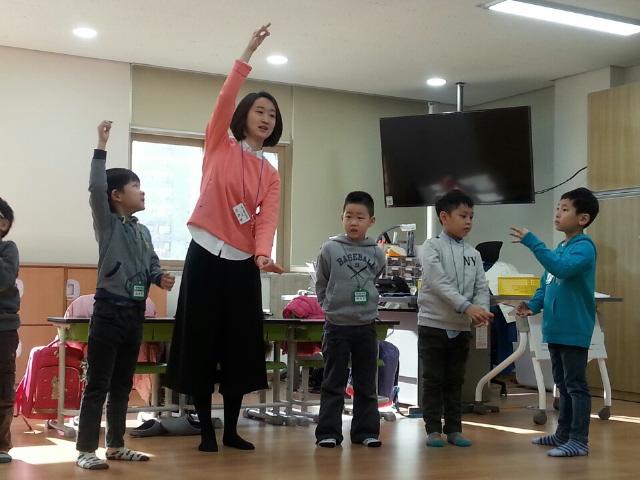 서울 서대문구 남가좌동 가재울초등학교 1학년 라온반의 학생들은 창의적인 수업을 받는다. 라온반 담임 이지영 교사가 '곧은 선 그리기 수업'을 진행하고 있다. 팔을 위아래로 뻗어 가상의 지팡이를 만들고 그것을 먹는 시늉을 했다. 아이들은 선생님을 따라 하고 곧은 선이 무엇인지 몸으로 배운다. 허재현 기자