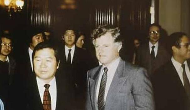 1982년 말 미국 워싱턴에 정착한 김대중과 이희호는 교회·대학·인권단체·정계 등을 돌며 줄기차게 한국 민주화 지지를 호소하는 강연을 했다. 사진은 1983년 2월15일 상원의원 에드워드 케네디(오른쪽)가 상원 의사당에서 주최한 김대중(왼쪽)과 이희호를 위한 환영회로, 뒤쪽에 홍업·홍일의 모습도 보인다.  사진 김대중평화센터 제공