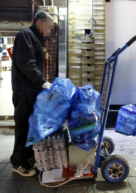 가난한 노인이 재활용품을 수거하고 있다. 취약한 사회안전망으로 노인들이 빈곤에 내몰리고 있다. 정용일 기자