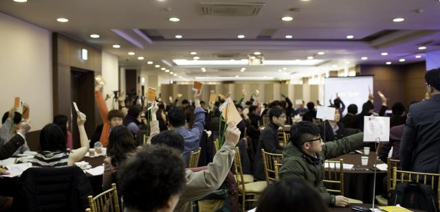 2014년 2월 열린 해피브릿지협동조합 총회에서 조합원들이 의결권을 행사하는 모습. 해피브릿지협동조합 제공
