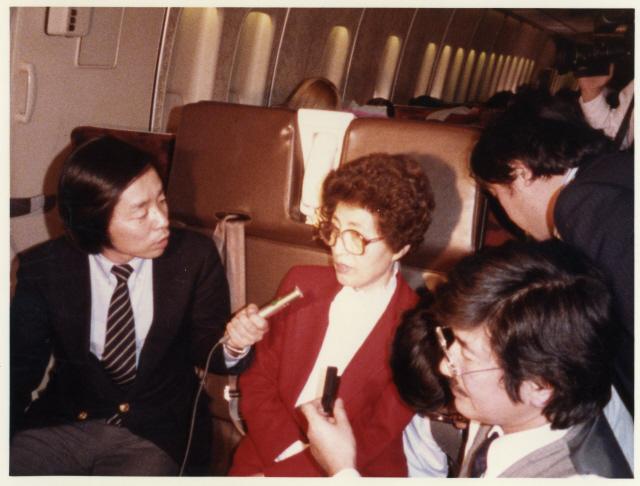 1983년 10월 <에이비시방송>의 시사토론 프로그램 '나이트라인'에 출연한 김대중은 국회 외무위원장 봉두완과 맞서 전두환 정권의 인권탄압 상황을 증언해 큰 반향을 일으켰다. 사진은 70년대 후반 <동양방송>(TBC) 앵커였던 봉두완(왼쪽)과 인터뷰 중인 이희호(오른쪽).  '한겨레' 자료사진