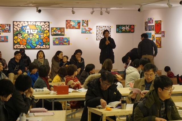 협동조합은 출자 액수에 관계없이 1인 1표를 행사하는 조합원들이 모여 민주주의를 배워가는 학습의 장이다. 지난 12일 서울시엔피오(NPO)지원센터에서 열린 땡땡책협동조합 총회는 조합원 자녀들까지 참여하는 축제의 마당이었다. 땡땡책협동조합 제공