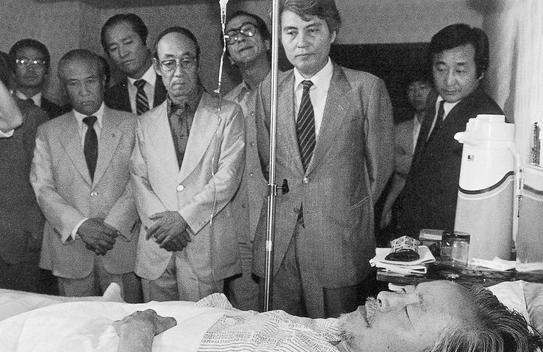 1983년 '5·18 광주민중항쟁' 3주기를 계기로 김영삼 전 신민당 총재가 '민주화 5개항'을 내걸고 무기한 단식에 돌입하자, 김대중은 미국에서 비상대책위를 꾸려 전폭적인 '한·미 민주세력' 연대 투쟁에 나섰다. 80년 5·17 쿠데타 이래 상도동 가택연금 상태였던 김영삼이 단식 8일째인 83년 5월25일 전두환 정권에 의해 강제로 서울대병원에 입원하자 김덕룡 등 측근들이 병실에서 지켜보고 있다.  '한겨레' 자료사진, 김대중평화센터 제공