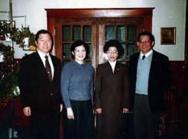 1983년 8월21일 '독재정권에 맞서 싸우는 동지'였던 베니그노 아키노 필리핀 전 상원의원이 귀국길 마닐라 공항에서 암살당한 사건은 김대중·이희호에게 큰 충격을 줬다. 두 부부는 귀국 전 워싱턴의 아키노 자택에서 마지막 조찬을 함께 했다. 왼쪽부터 김대중, 코라손 아키노, 이희호, 베니그노 아키노.  사진 김대중평화센터 제공