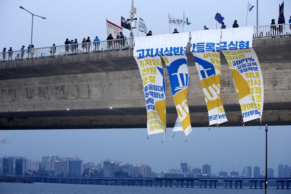 전국 45개 대학 총학생회와 15개 청년단체로 구성된 '3.26 2030 유권자 행동 추진위원회'가 26일 오후 서울 서대문구 신촌에서 연 '2030 유권자 행동'참가자들이 서강대교에 청년들의 투표 참여를 독려하는 펼침막을 내걸고 있다. 이정아 기자 leej@hani.co.kr