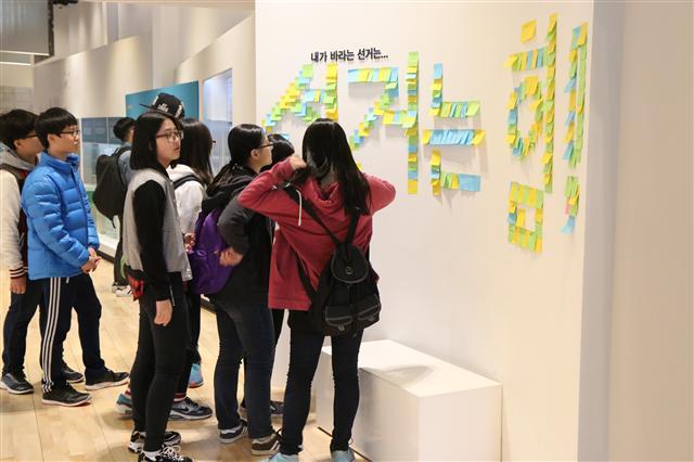 2. 지난달 26일 서울 광화문 대한민국역사박물관에서 열린 '선거, 민주주의를 키우다' 전시에서 관람객들이 전시 자료를 보고 있다.   중앙선관위 제공
