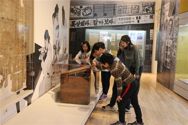 3. 지난달 26일 서울 광화문 대한민국역사박물관에서 열린 '선거, 민주주의를 키우다' 전시에서 관람객들이 전시 자료를 보고 있다.   중앙선관위 제공