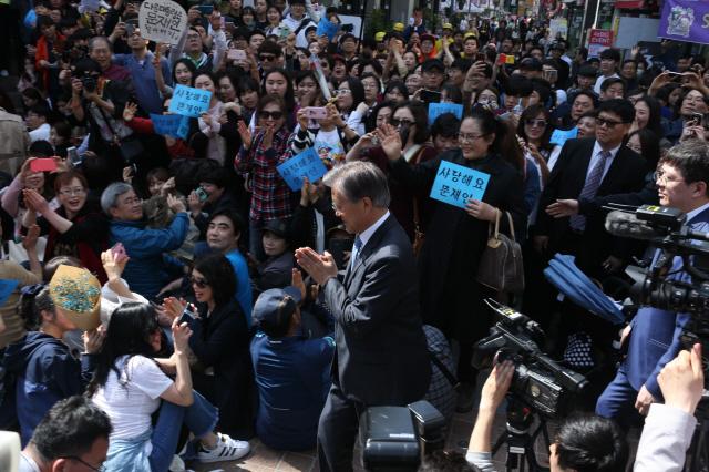 문재인 전 더불어민주당 대표가 8일 오후 광주 충장로에서 시민들의 환호를 받으며 '광주시민에게 드리는 글'을 발표하기위해 충장로우체국 계단으로 향하고 있다. 광주/이정우 선임기자 woo@hani.co.kr