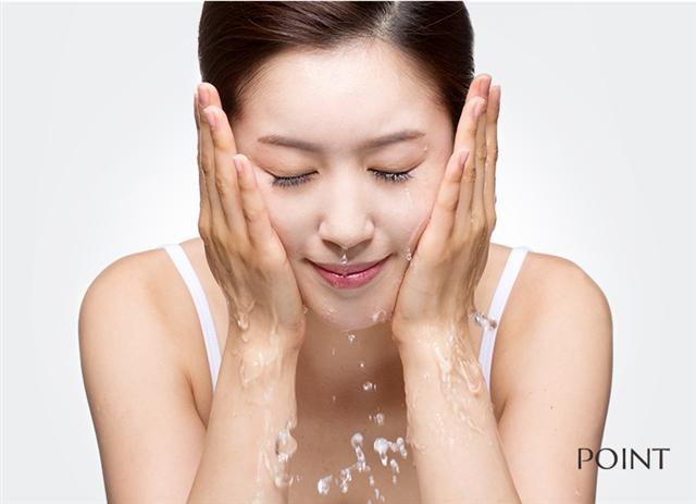 미세먼지와 황사에 시달리는 피부를 건강하게 유지하려면 꼼꼼한 클렌징이 필요하다.  포인트 제공