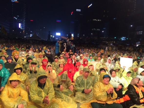 16일 밤, 서울 광화문 광장에서 열린 '세월호 참사 2년 기억·약속·행동 문화제'에 참석한 시민들은 굵은 비에도 끝까지 자리를 지켰다.
