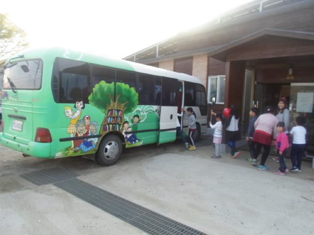 충북 옥천군 안남면 배바우작은도서관 앞에서 어린이들이 마을순환버스를 타고 있다. 마을 주민들의 오랜 염원을 바탕으로 2009년부터 안남면 주민·군청·시민단체가 힘을 모아 주민들의 복지를 위해 무료로 운영하고 있다. 옥천순환경제공동체 제공