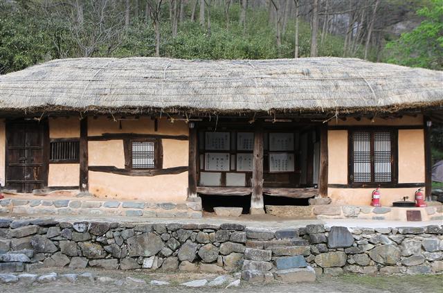 비슬산 동쪽 헐티재로 오르는 길 옆 골짜기의 조길방 가옥 안채. 1780년대에 지은 초가다. 사진 이병학 선임기자