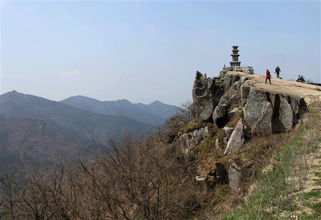 비슬산(1084m) 대견사 앞 바위 끝에 세워진 3층석탑.  사진 이병학 선임기자