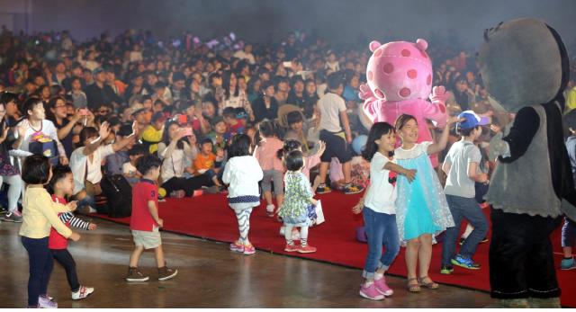 지난해 5월5일 부산 벡스코에서 열린 부산 어린이날 큰잔치에 참가한 어린이들이 즐거워하고 있다.  부산시 제공