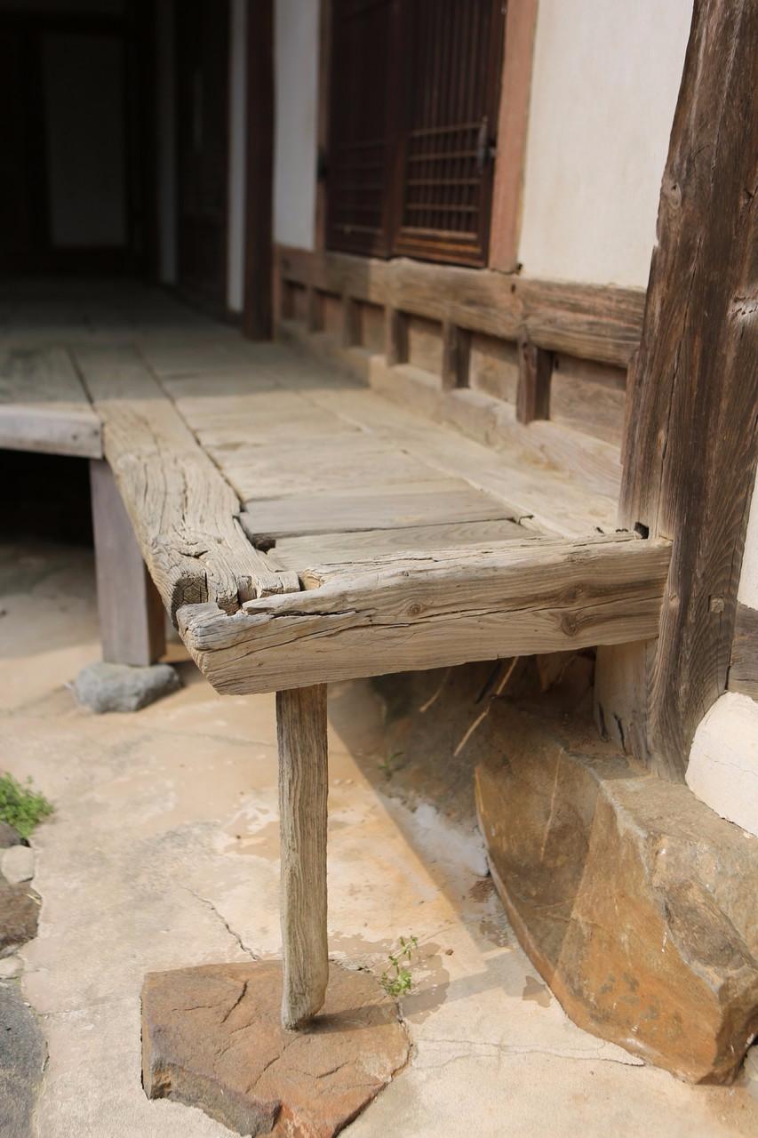 세도면 동사리 동곡서원 안채의 낡고 닳은 툇마루. 사진 이병학 선임기자