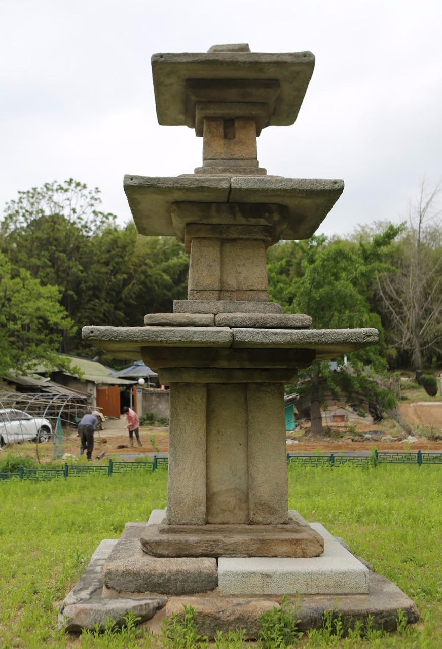 장암면 장하리의 삼층석탑(보물). 사진 이병학 선임기자