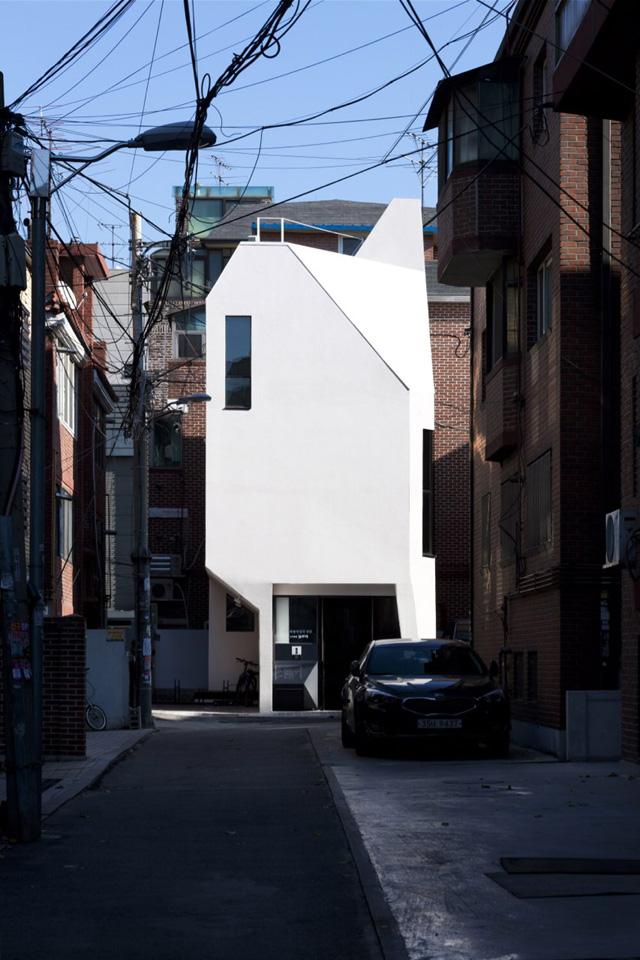 지난해 11월 차 한 대가 겨우 오갈 수 있는 서울 마포구 서교동 좁은 골목 끝에 갈무리의 협소사옥이자 독립공간 '뿔′이 들어섰다. 건축사진가 박영채 제공