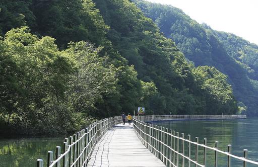 화천 북한강 물길 따라 조성된 '수상 데크' 길. 도보·자전거용 '산소길'의 일부 구간이다.  사진 이병학 선임기자