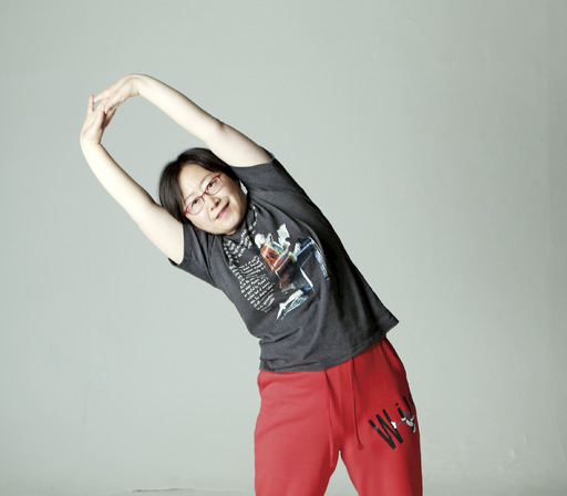 동영상에서 본 옆구리 운동을 시연해 보이고 있는 김성연씨. 사진 박미향 기자 mh@hani.co.kr