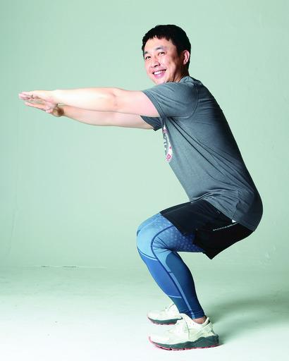 동영상에서 본 스쾃을 시연해 보이고 있는 이승기씨. 사진 박미향 기자 mh@hani.co.kr