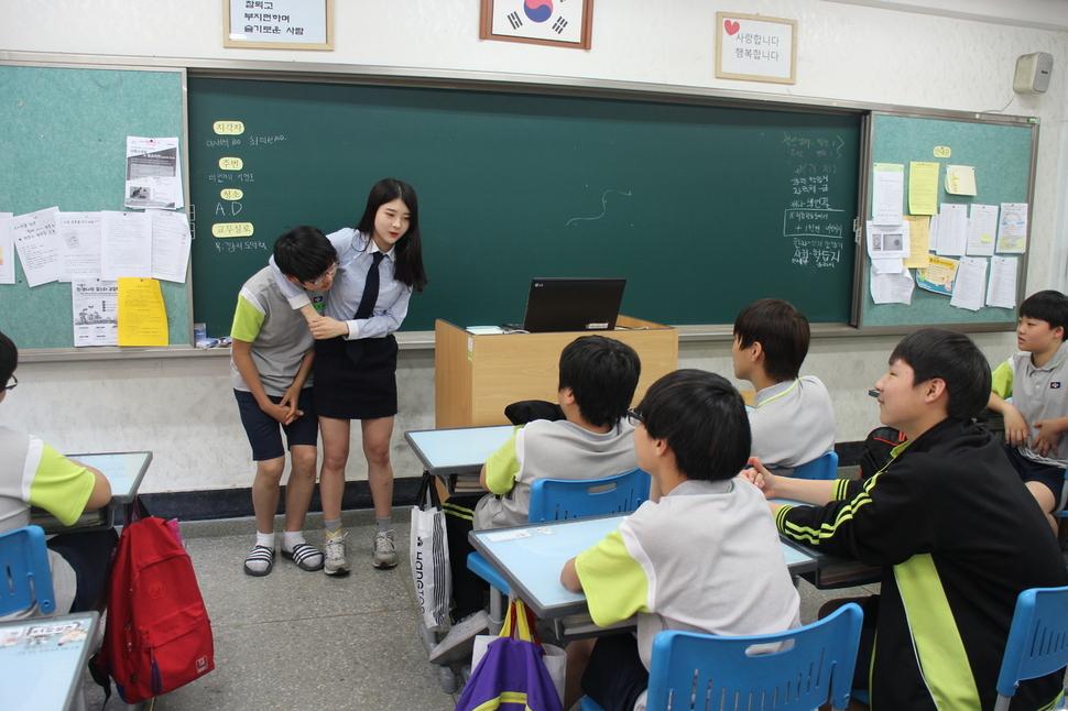 지난 18일 서울 당곡중에서 진행한 '청소년 꿈나눔 프로젝트'에서 경호원을 꿈꾸는 박민지양이 강연 도중 호신술을 선보이고 있다.
