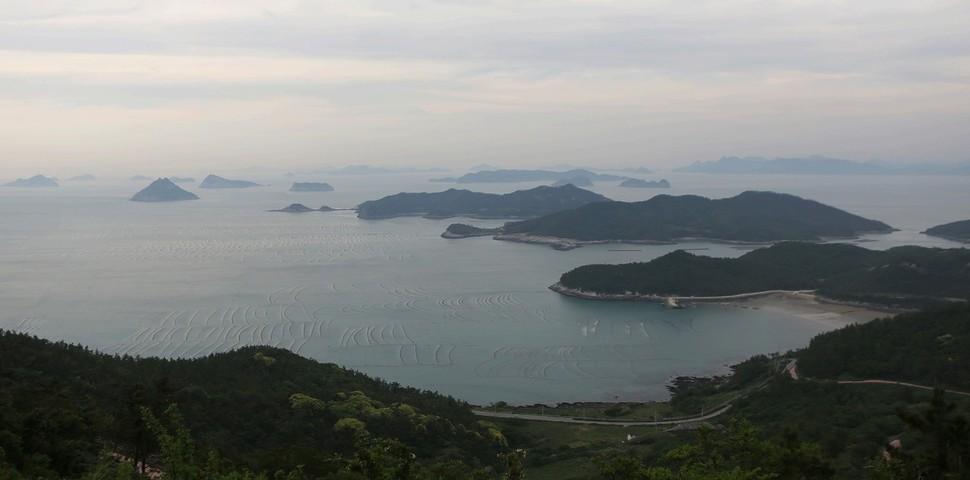 상조도 도리산전망대에서 바라본 섬 무리. 사진 이병학 선임기자
