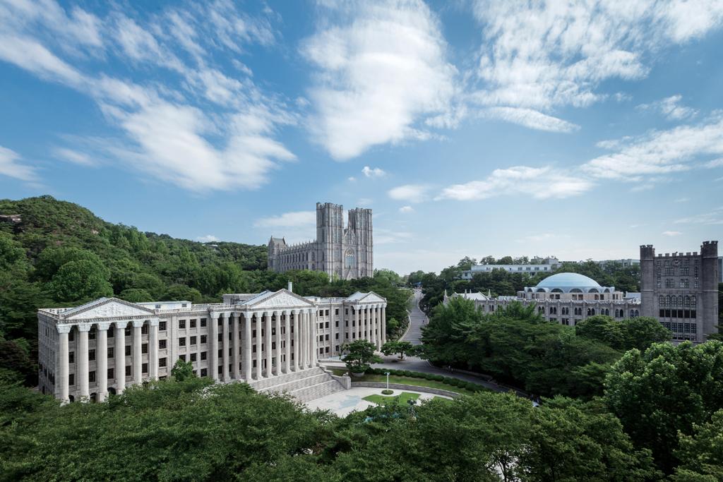 경희대학교의 역사는 1911년 만주에 설립됐던 신흥무관학교에 직접적으로 닿아 있지만, 경희대학은 이를 수용하지 않고 있다. 서울 회기동에 있는 경희대학교의 모습으로, 왼쪽 앞 건물은 1956년 완공된 석조전 본관이다.  <한겨레> 자료사진