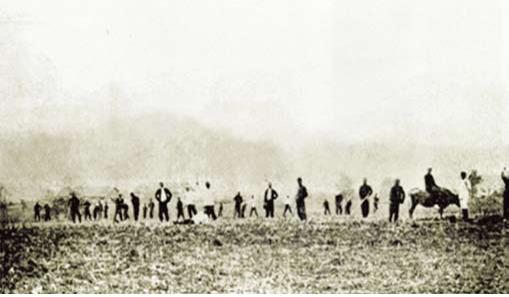 1911년 설립된 만주 신흥무관학교의 학생들이 농사를 짓고 있는 모습.  우당기념관 제공