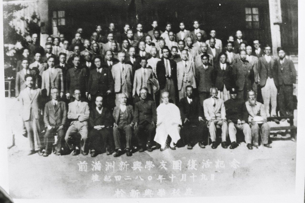1947년 10월 신흥무관학교 졸업생들이 신흥학우단의 복원 모임을 한 뒤 성재 이시영(앞줄 가운데 흰옷 입은 이)을 모시고 기념사진을 찍고 있다.  우당기념관 제공