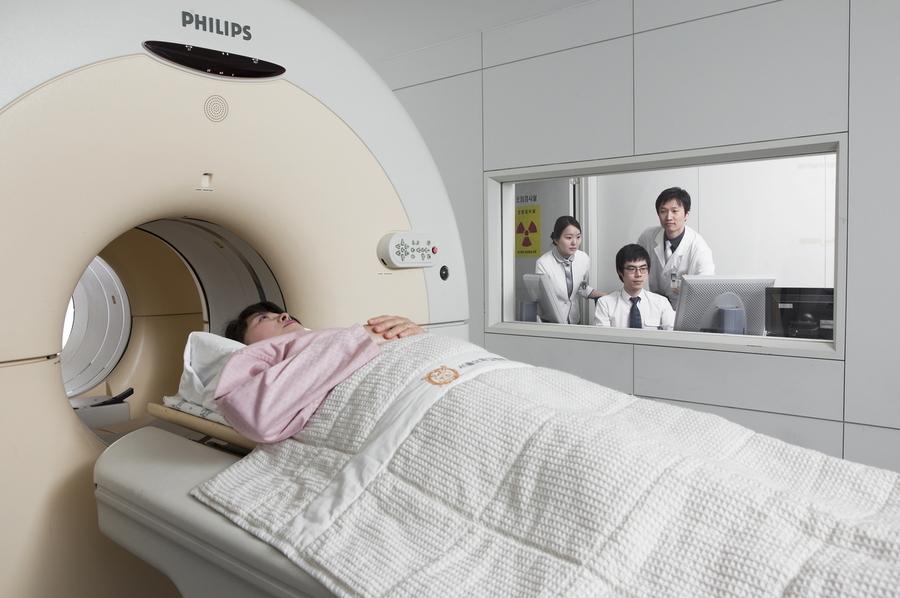 펫-시티(PET-CT·컴퓨터단층촬영) 검사를 받고 있는 모습. 펫-시티 등 시티 검사는 부위에 따라 방사선 노출량이 최대 10밀리시버트에 이르는 만큼 질병의 진단 등을 위해 꼭 필요할 때에만 받아야 한다. 서울대병원 제공