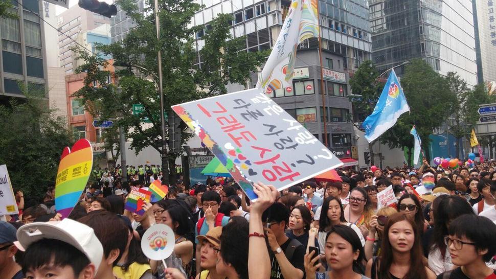 축제의 하이라이트인 '퀴어 퍼레이드' 행진은 오후 4시30분부터 진행했다. 축제 참석자들이 행진하고 있다. 고한솔 sol@hani.co.kr