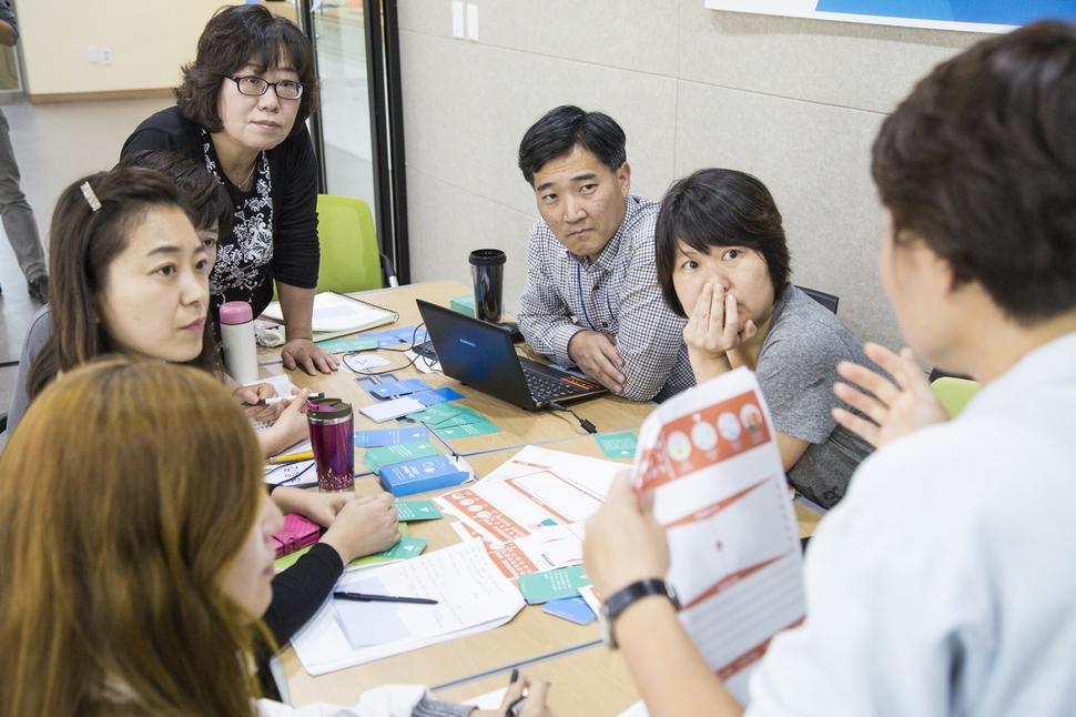 지난해 10월 경기도 광명시 사회적경제지원센터에서 열린 '사회적 경제 코디네이터 양성과정'에서 참가자들이 강사의 설명을 듣고 있다. 광명시 사회적경제지원센터 제공