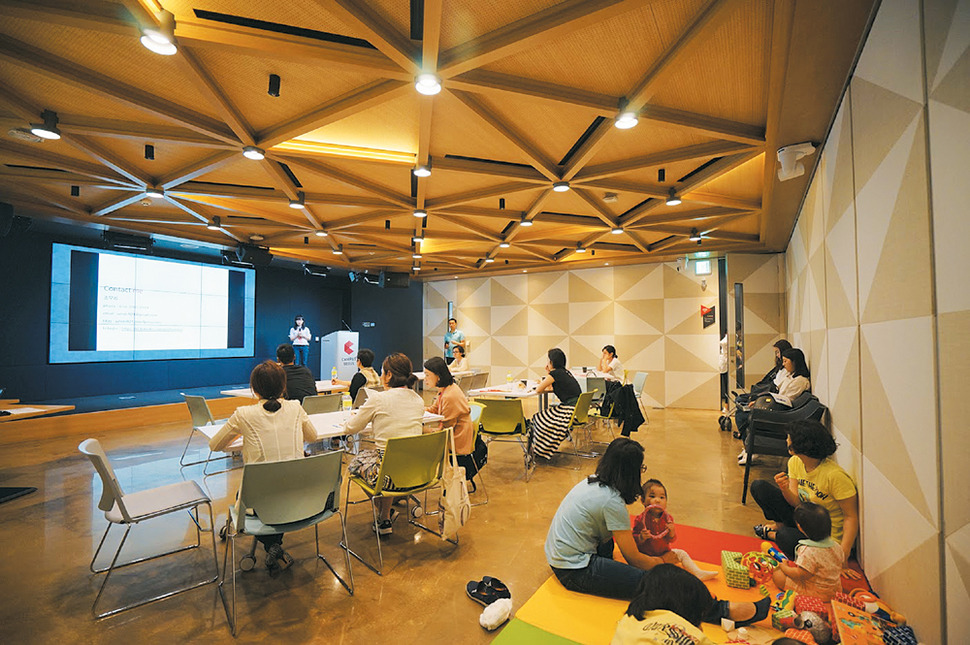 구글코리아가 경력단절 여성의 창업을 돕기 위해 변리사·투자자 등의 강연 프로그램을 제공하기 위해 올해 초 서울 대치동 '구글캠퍼스 서울'에서 연 '엄마를 위한 캠퍼스2기' 프로그램에서 참가자들이 강연을 듣고 있다. 구글코리아 제공