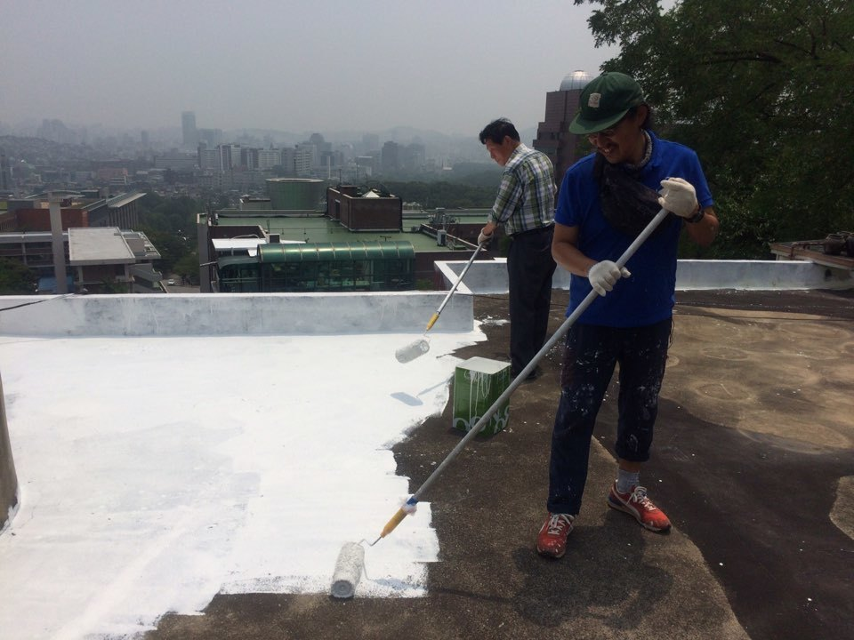 Landlord Kim Shin Jae And Ten Years After Insute Director Cho Yun Seok Paint The Top Of A Rooftop Unit White On Seoul S Myeongnyun 3 Ga Road June 18