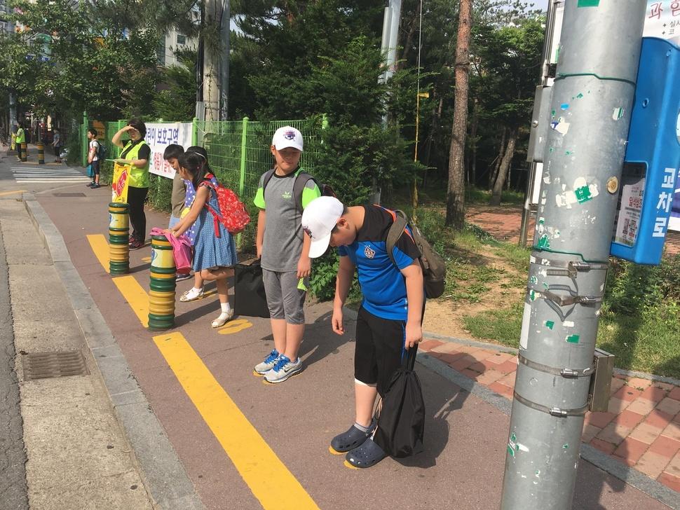 경기남부지방경찰청이 지난 3월부터 시행하고 있는 '노란 발자국 프로젝트'가 어린이 교통사고 예방에 효과를 내고 있다. 경기남부지방경찰청 제공