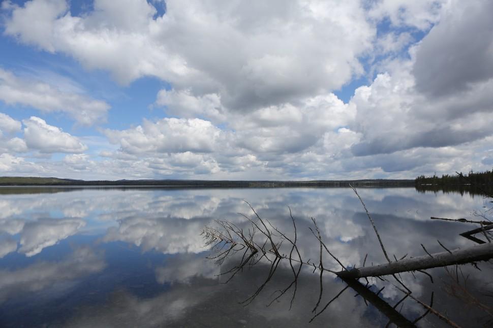옐로스톤 국립공원 남문 근처에 있는 구름 담긴 루이스 호수. 루이스 폭포도 옆에 있다.