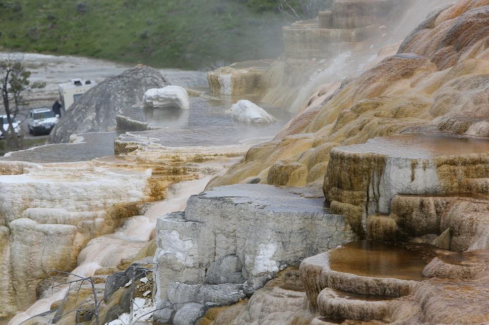옐로스톤 북문 쪽의 '매머드 온천 지대'에서 볼 수 있는 계단식 석회석 지형.