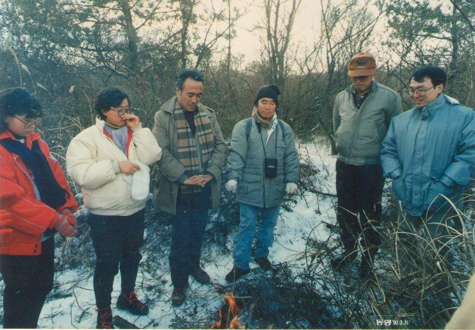 아지트 제주4·3연구소는 1990년대 집중적으로 4·3 유적지 탐사활동을 벌였다. 어느 겨울 '이덕구 산전'을 찾아간 연구소 회원들.